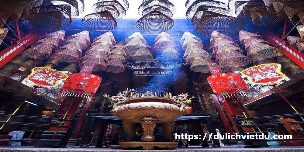 """""""Giếng trời """" tạo ánh sáng và độ thông thoáng cho ngôi chùa."""