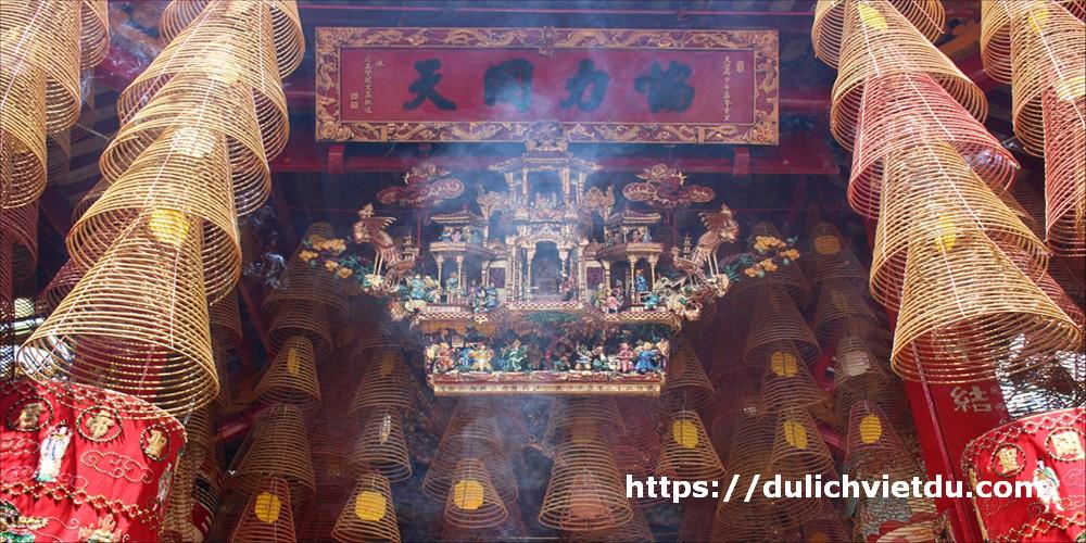 Không gian linh thiêng, khói hương nghi ngút tại Chùa Ông