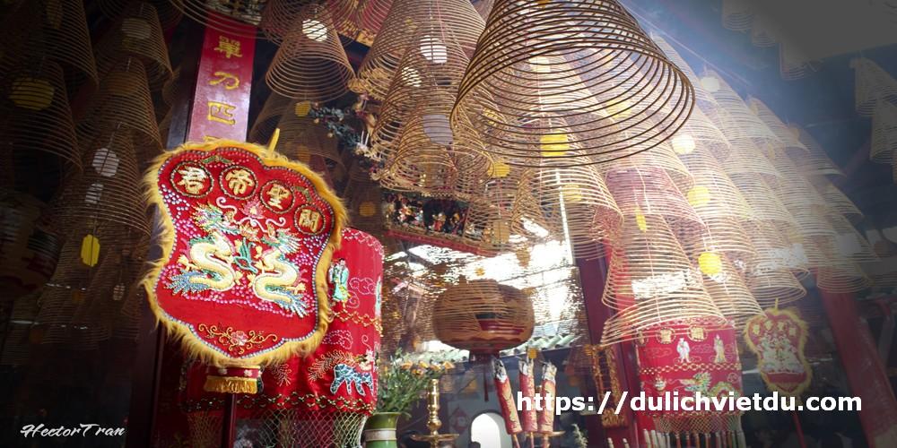 Du khách ấn tượng bởi hàng chục nén nhang vòng lớn hình chóp nón màu đỏ được treo lơ lửng